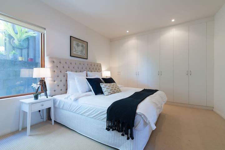 Lower ground level, bedroom 5, king