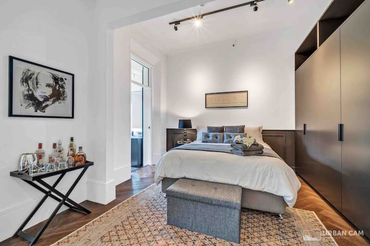Luxurious Ultra Spacious Apartment in Potts Point
