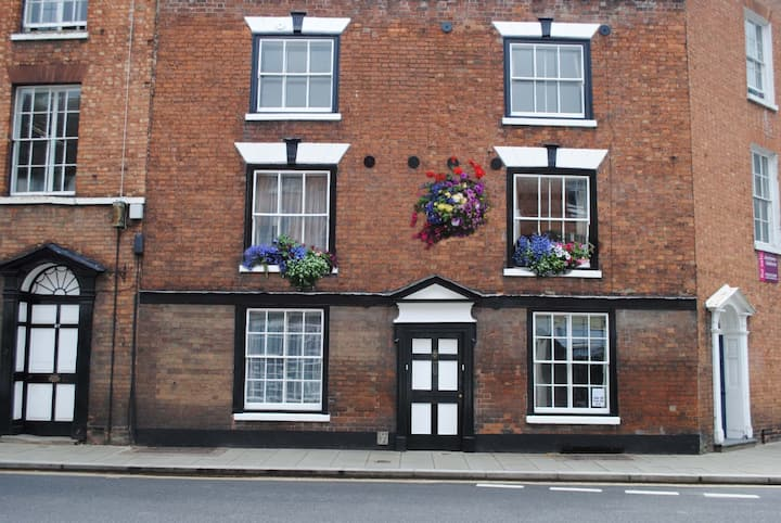 Listed town centre cottage, sleeps 8, pet friendly
