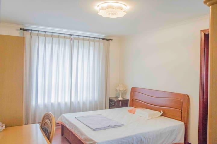 奥运村西(编号C)(北京公交站名)阳光充沛简洁干净1.8米宽大床房