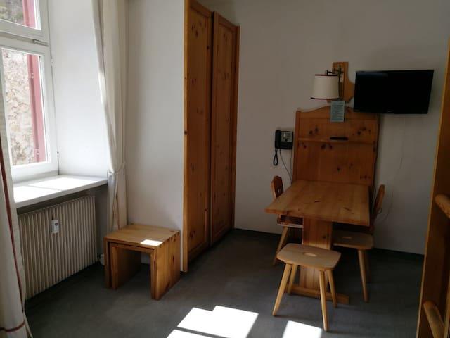 Tavolo e armadio appartamento 0A4