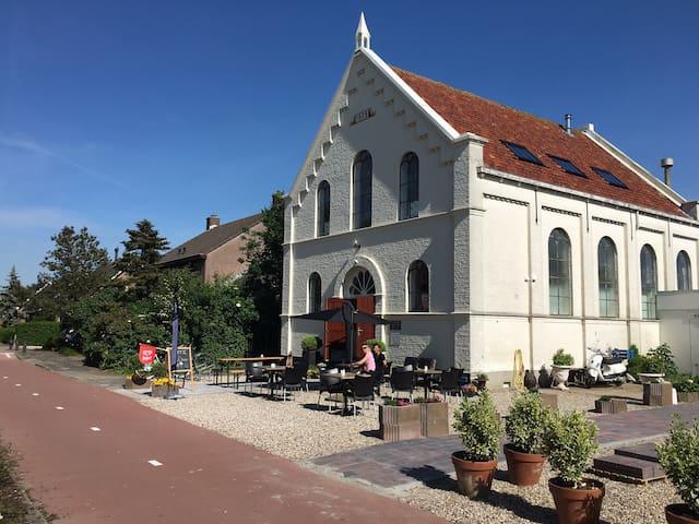 Voormalige consistorie achter de voormalige kerk