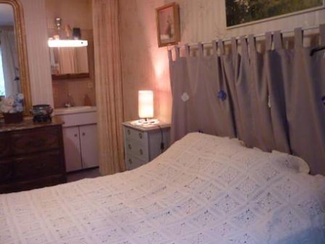 Grande chambre dans Villa