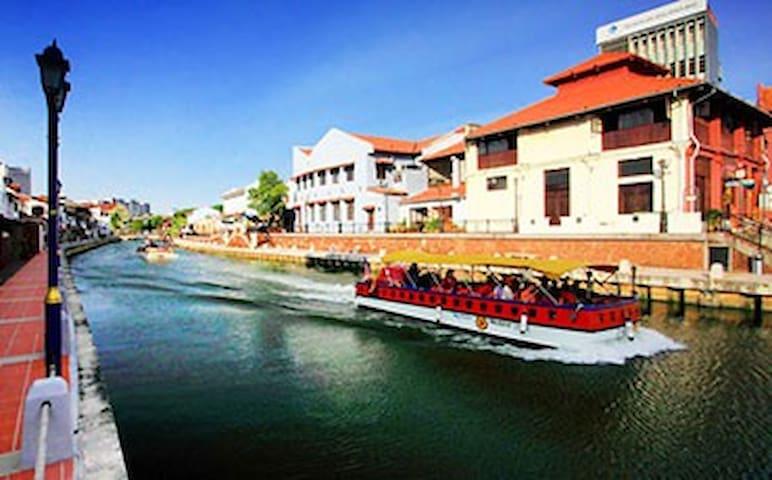 Accross the whole Melaka River by River Cruises. NIGHT very Beautiful 游船河,晚上特别漂亮五颜六色的灯照耀你我他