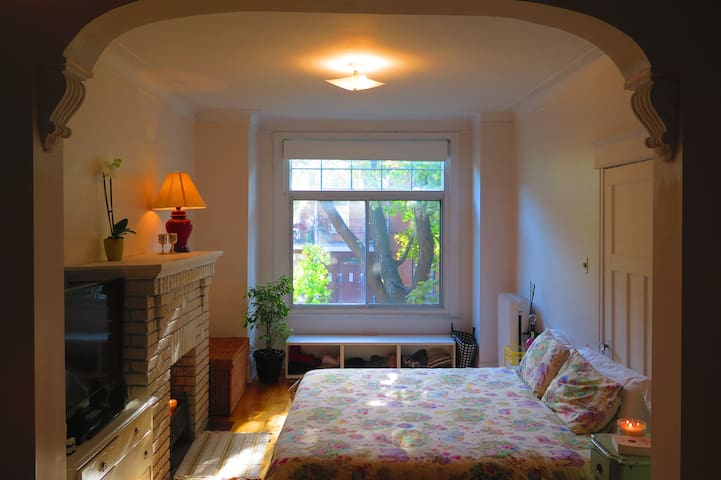 Apt in Outremont Mile-End with private parking! - Montreal - Apartamento