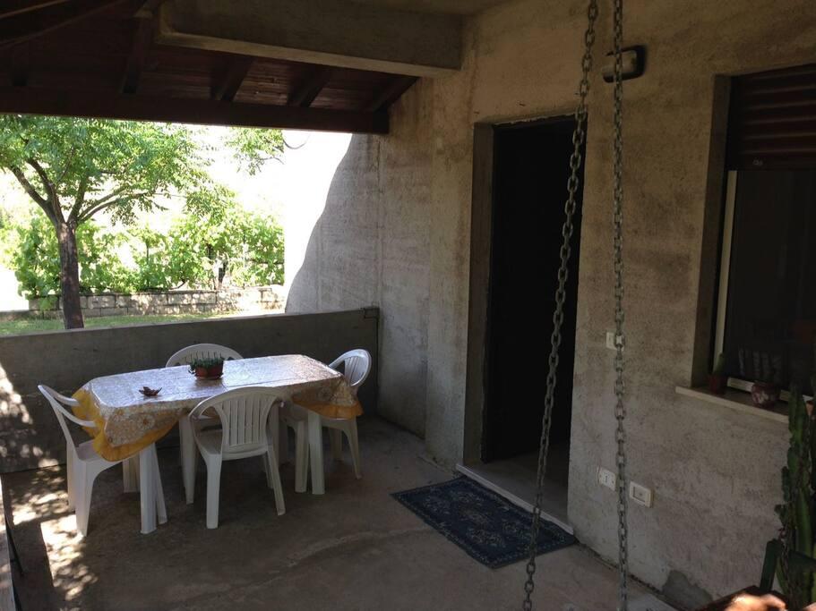 comoda veranda dove poter pranzare, cenare e rilassarsi.