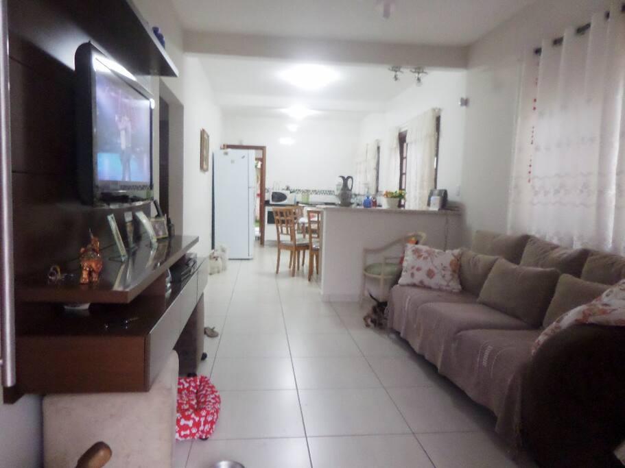 Sala & cozinha integrados. sala com ventilador de teto
