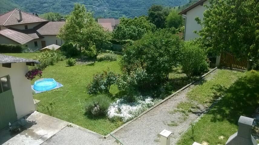 Chambre privée dans hameau au pied de la montagne