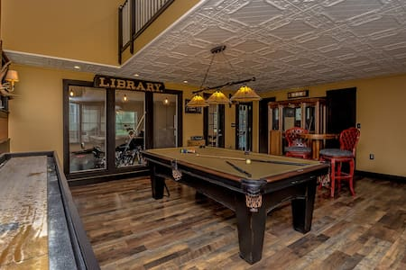 Book now for fall luxurious home Game room hot tub