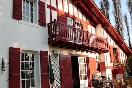 Grande chambre avec balcon  très beau point de vue - Ahetze