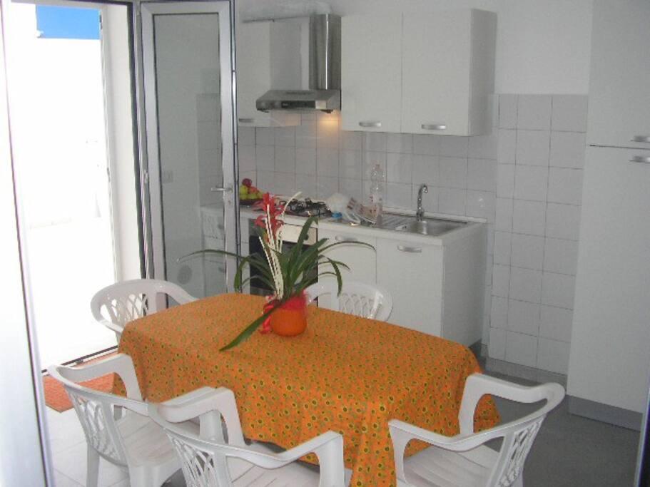 soggiorno-cucina ingresso giardino