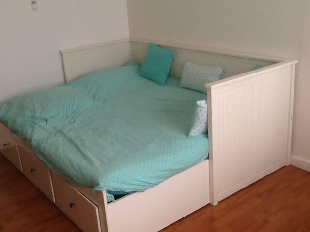 Le lit simple se transforme en lit double