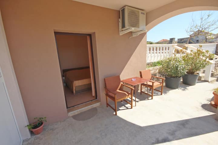 Njaco-Cosy Studio Apartment with Sea View