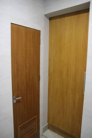 Portas do quarto de banho e sala na área de serviço