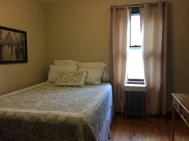 Stroll to Madison St. -  Comfy Room A
