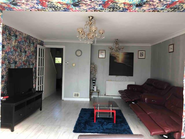 Delightful 3BR House Farnham Royal Slough