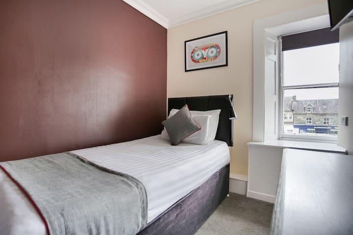 Standard Twin Room In OYO Breadalbane Arms