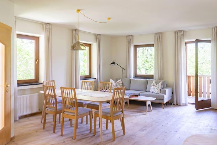 Die gesamte Wohnung verfügt über qualitativ hochwertige Vollholzmöbel