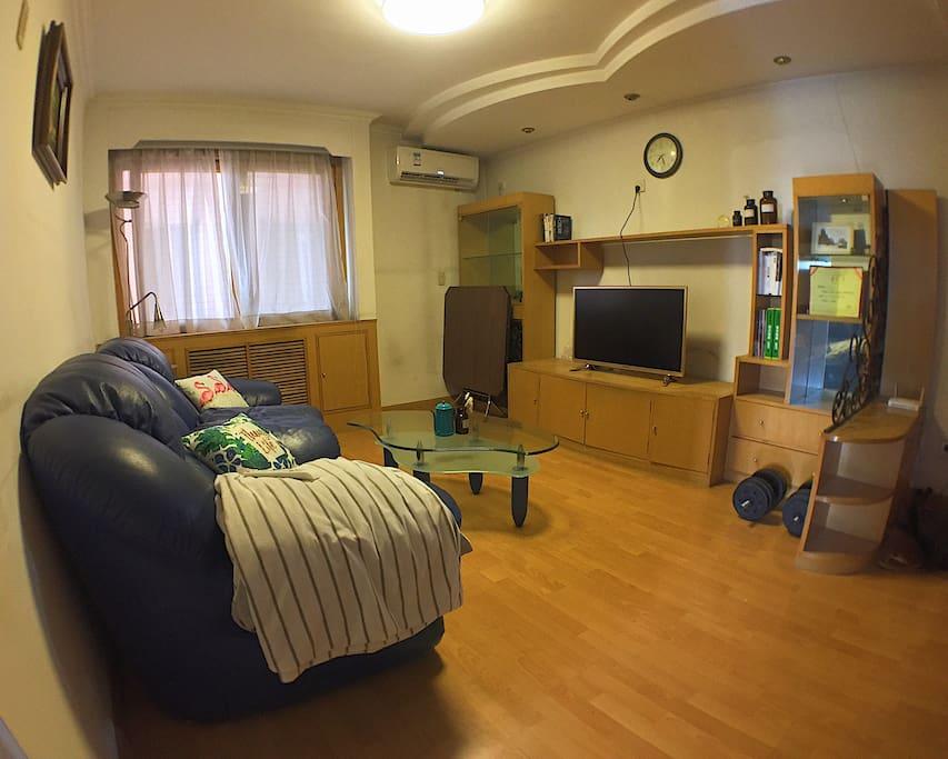 客厅-有大大的沙方可以躺,还有无线电视可以看最新的影集!