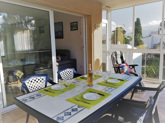New, spacious, bright, very good quality building, just 50 meters from the beach and boardwalk, with a large terrace to enjoy family.