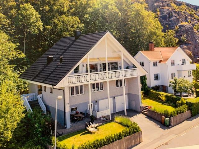 Stort hus vid havet med utsikt över Gullholmen!