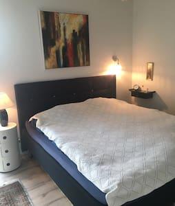 Lækkert lyst værelse med privat badeværelse.