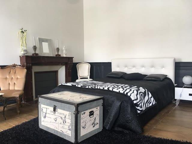 Chambre double noir-blanc, maison du Consul