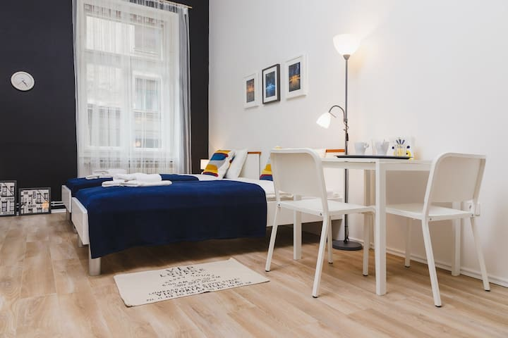 Studio apartment in the city center. 2 single beds, kitchen, bathroom and free parking