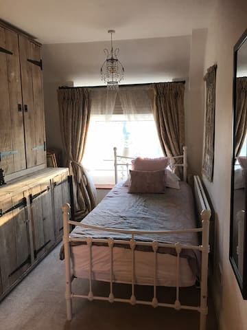 Beautiful single bedroom in cosy cottage +wet room