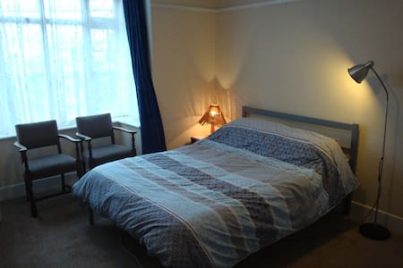 Large double room on the outskirts of Cowes, IOW.
