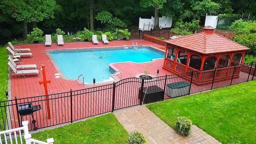 2 MasterSuites Heated SaltWater Pool+HotTub&More