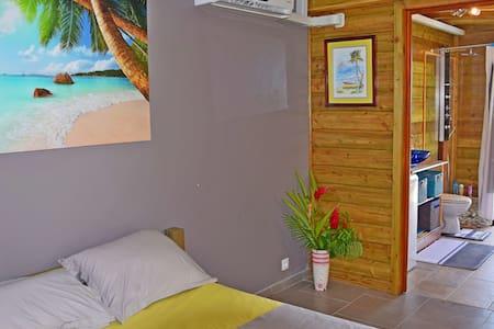 Studio Zepices, piscine, superbe vue, calme et zen - Apartemen