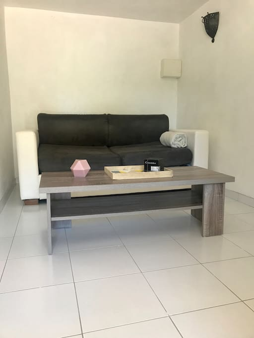 Canapé lit ainsi qu'une petite table basse