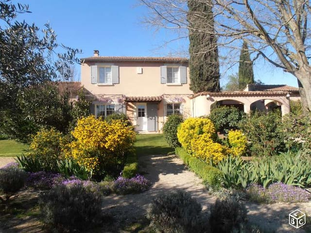 Maison type Bastide sur terrain arboré et fleuri