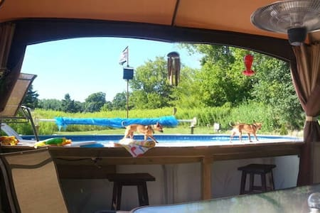 1bPrivate backyard with pool,45min from Sandbanks! - Quinte West