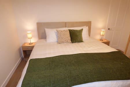 Deluxe  2 bedroom flat with FREE 50Mbps WIFI - Redding