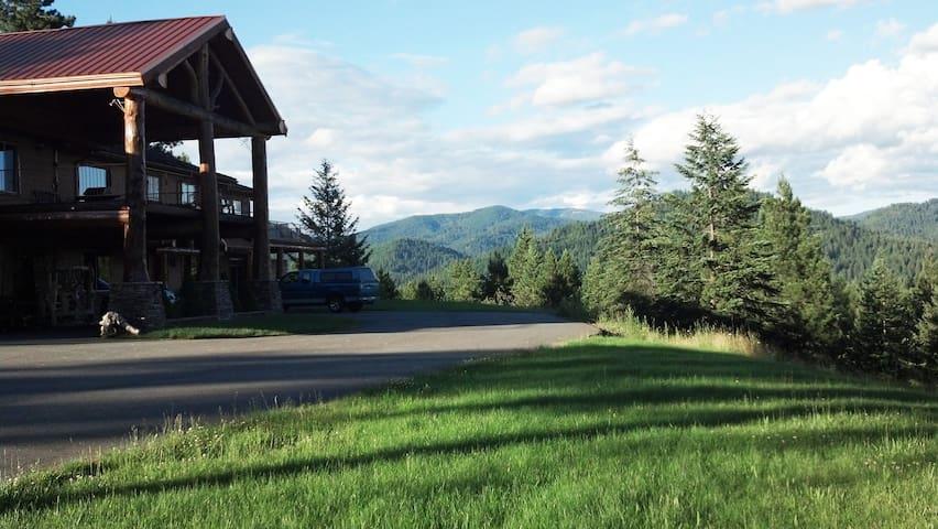The Mountain Air Resort, Twin Peaks room.