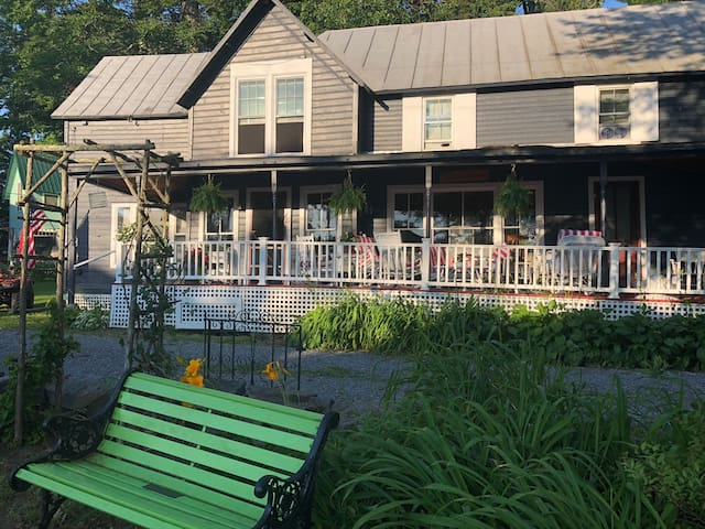 Charming 1888 St Lawrence River cottage - Alex Bay