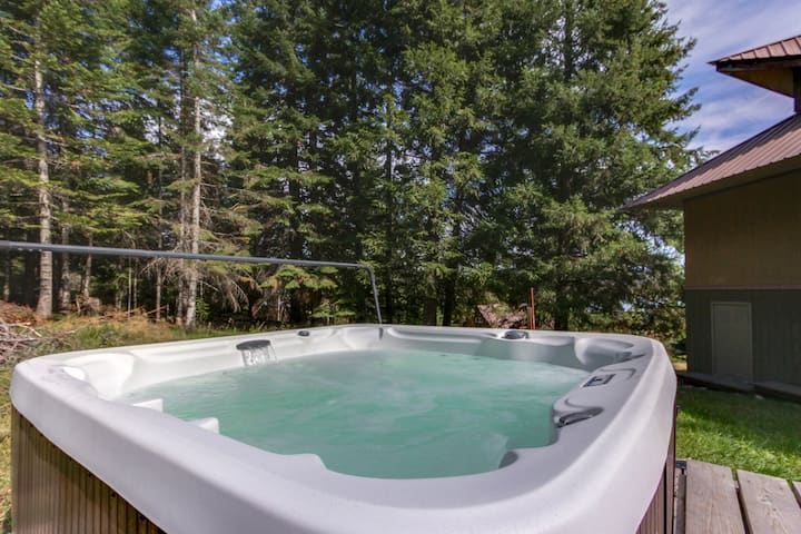 Dog-friendly, river view cabin w/amazing views, private hot tub!