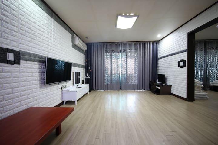 푸른제주펜션 15평 투룸 침대1 패밀리룸 (성산일출봉과 우도전망)