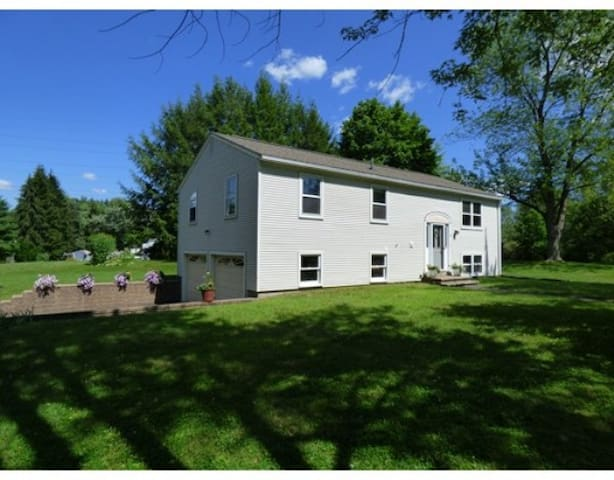 Private room in the Pioneer Valley - Amherst