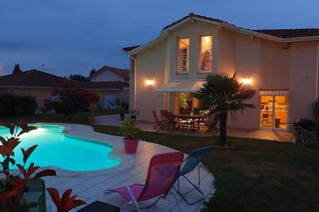 Chambre au calme sdb privée, piscine & petit dej.. - Viriat