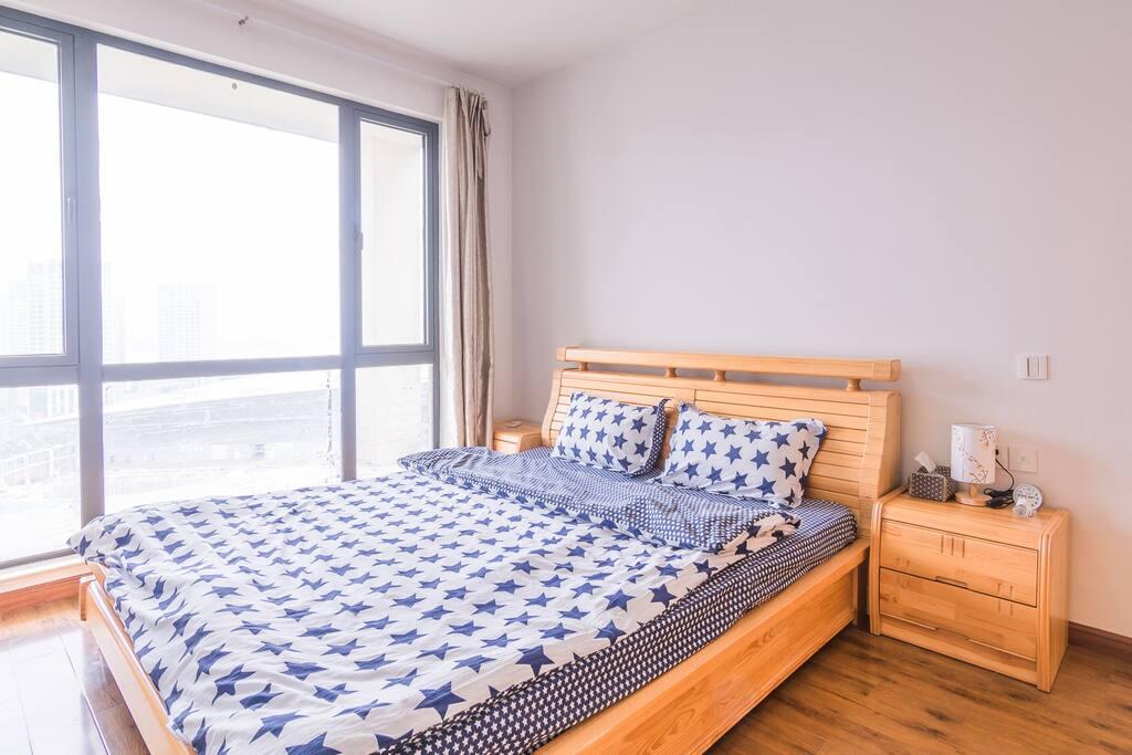 主卧1.8米的双人床配上舒适的床品