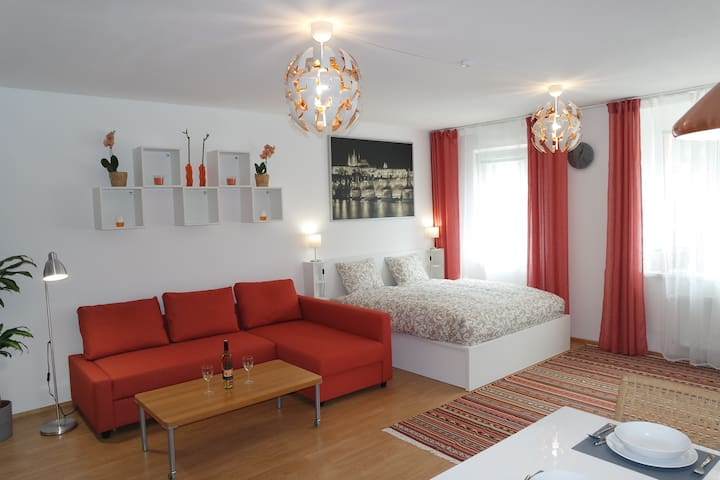 Orange Apartment with indoor parking, 100 m metro