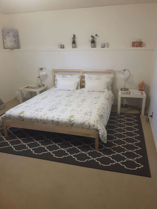 Bright  comfortable private room with Queen size bed