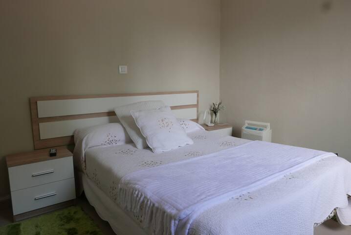 Dormitorio situado en la planta baja de la casa. Dispone de TV