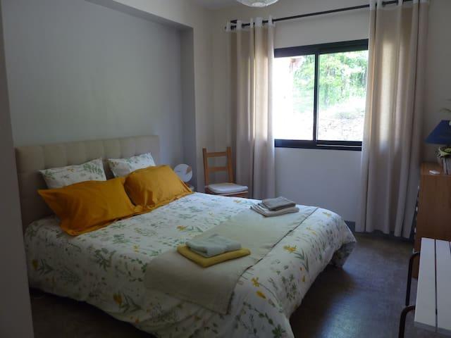 """La chambre """" Tourterelles """" pour deux personnes  , lit de 160 x200"""