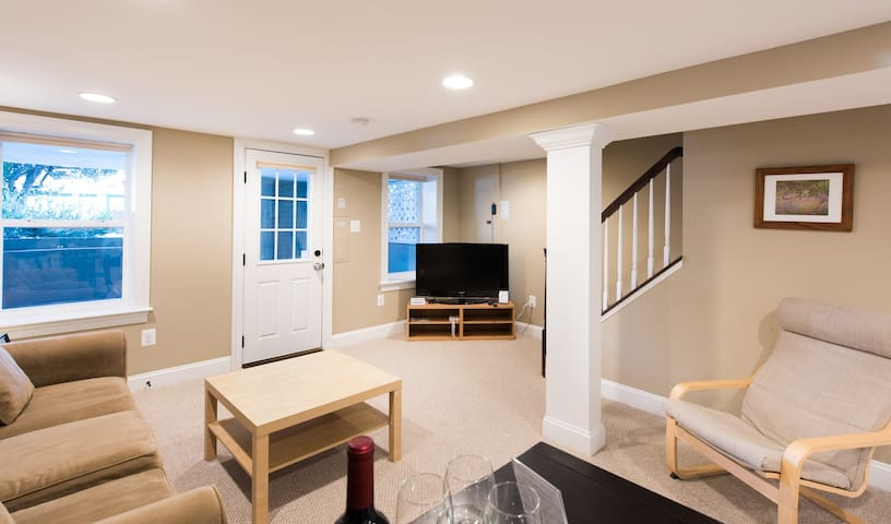 Sunny DC oasis w/ private parking! - Washington - Apartment