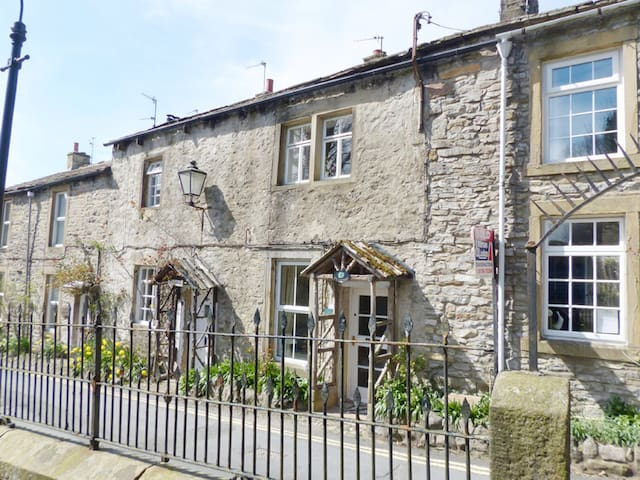 Ivy cottage in Grassington village - Grassington  - Casa