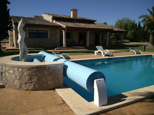 Stunning villa in 18000m2 - pool/tennis - sleeps 9